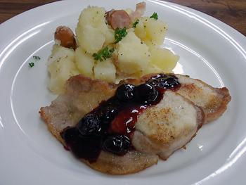 豚肉のソテー、ブルーベリーバルサミコソース