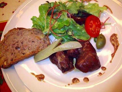 鳥のレバーの赤ワイン煮サラダ添えアップ