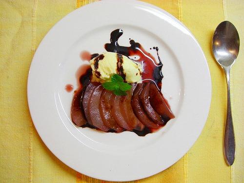 梨のスパーシーな赤ワイン煮、バニラアイスとチョコレートソース