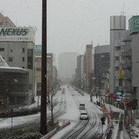雪降る高崎駅前