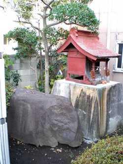 下和田の「方石(かくいし)」