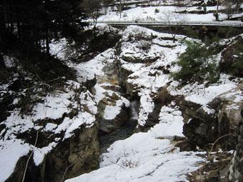 蝉の渓谷の雪景色