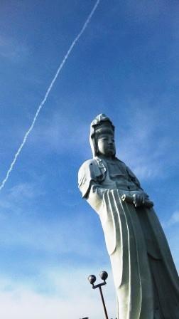 白衣観音と飛行機雲