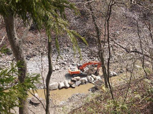 仮締切工事 砂を運ぶトラック