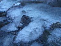 川の流れが彫刻に